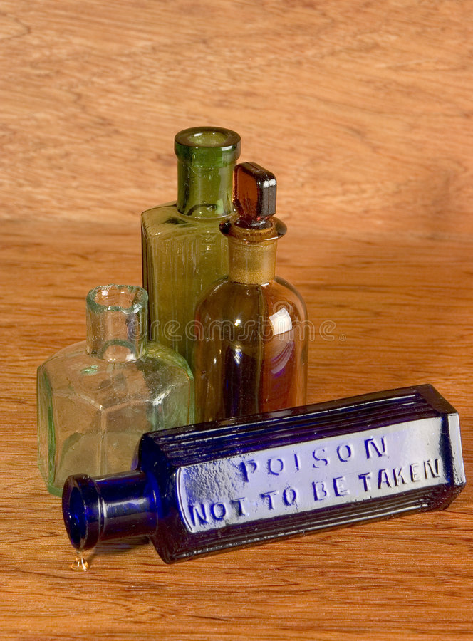 Oude flessen op Hout stock foto's
