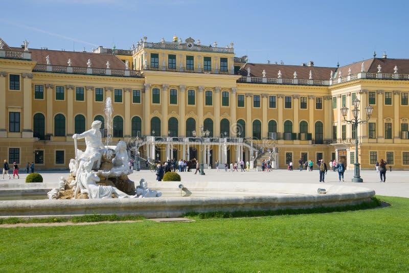 Oude fontein-allegorie tegen de achtergrond van de voorgevel van Schonbrunn-Paleis wenen stock afbeelding