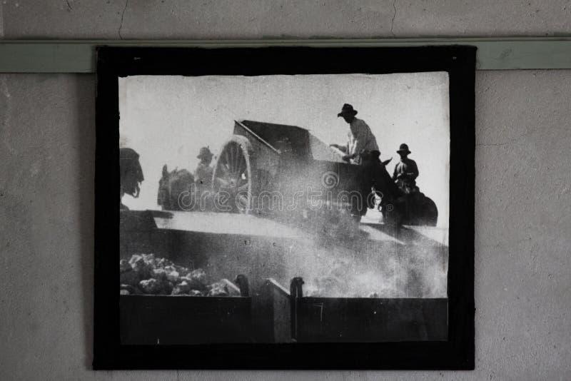 Oude foto op muur stock afbeeldingen