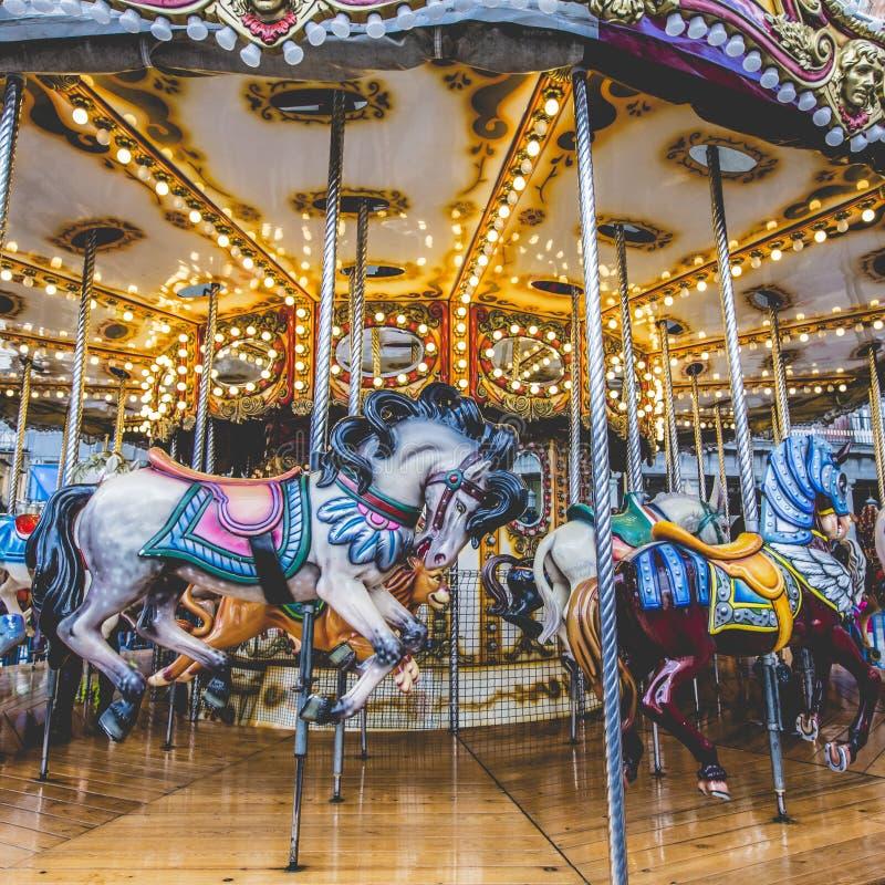 Oude Franse carrousel in een vakantiepark Drie paarden en vliegtuig royalty-vrije stock fotografie