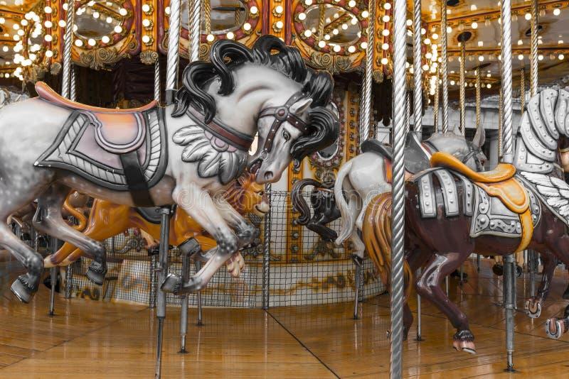 Oude Franse carrousel in een vakantiepark Drie paarden en vliegtuig royalty-vrije stock foto's