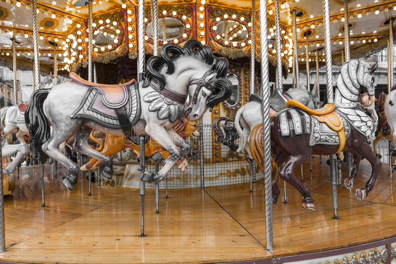 Oude Franse carrousel in een vakantiepark Drie paarden en vliegtuig stock fotografie