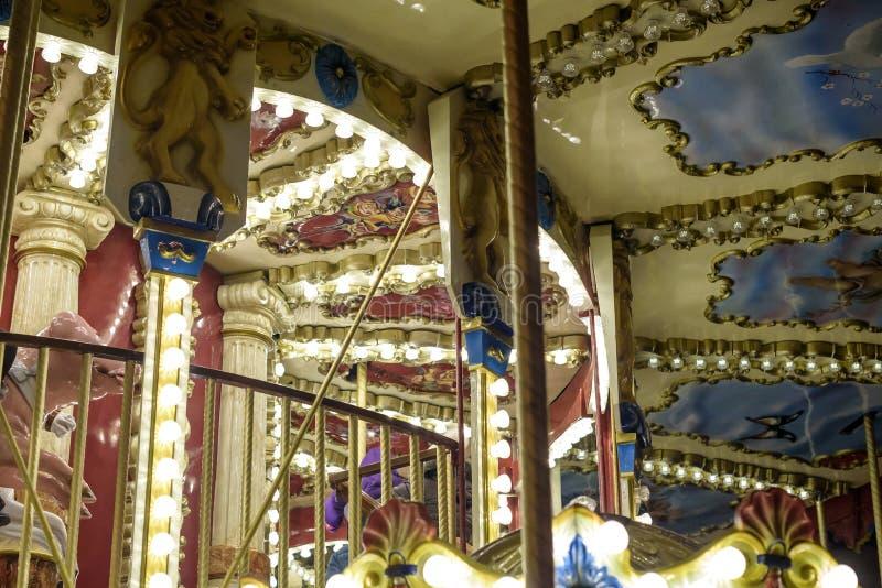 Oude Franse carrousel in een vakantiepark Drie paarden en vliegtuig op traditionele kermisterreinwijnoogst Vrolijk-gaan-rond met stock afbeeldingen