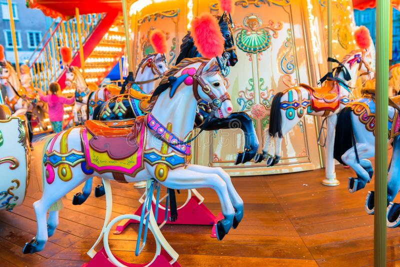 Oude Franse carrousel in een vakantiepark Vrolijk-gaan-rond met paarden royalty-vrije stock foto's