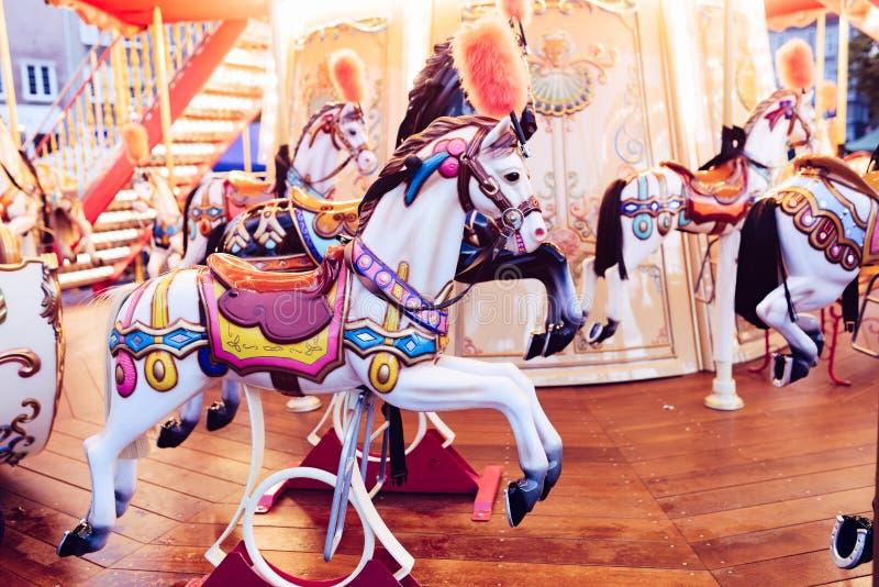 Oude Franse carrousel in een vakantiepark Vrolijk-gaan-rond met paarden stock afbeeldingen