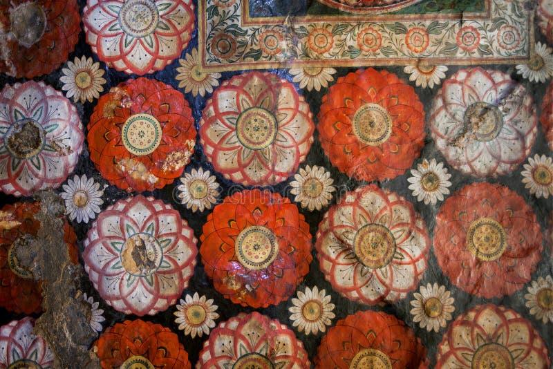 Oude fresko met bloemen en kleurrijk decor op plafond van de oude tempel van Boedha Het godsdienstige kunstwerk van Sri Lanka royalty-vrije stock afbeelding