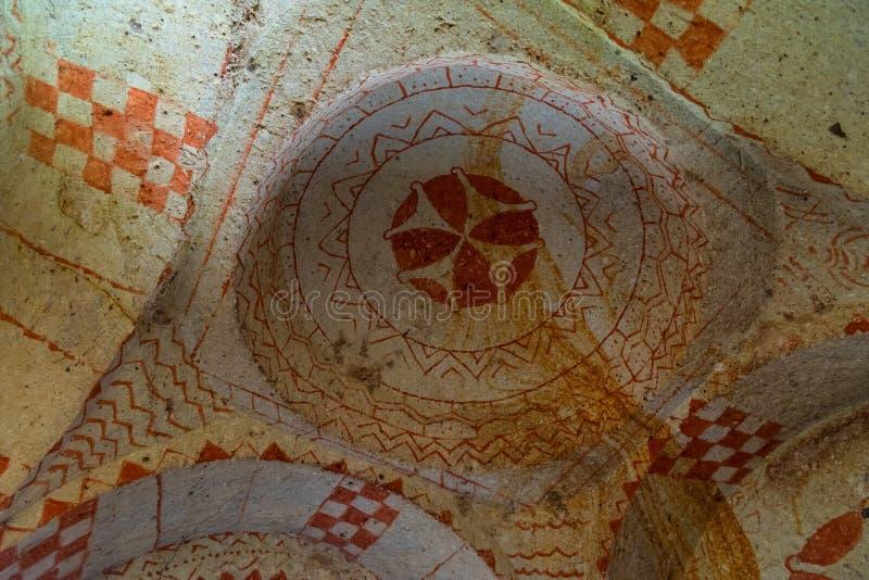 Oude fresko's op het plafond van rots-besnoeiing tempel, het nationale park van Goreme, ondergrondse stad, Cappadocia Turkije royalty-vrije stock afbeelding