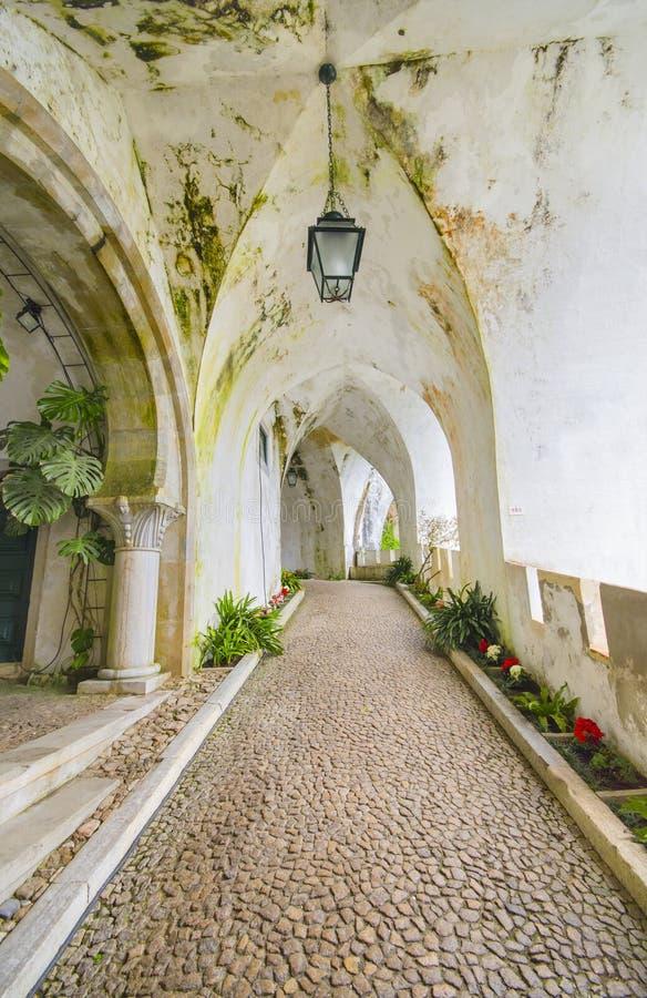 Oude Gang bij Kasteel DA Pena in Sintra royalty-vrije stock fotografie