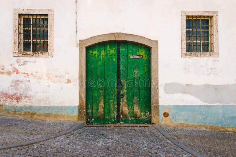 Oude garage groene deur stock foto's
