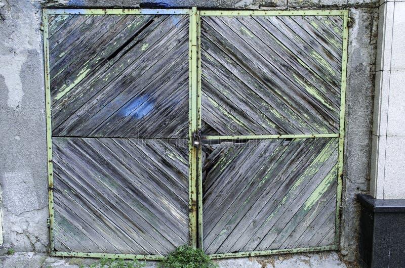Oude garagedeur stock afbeelding