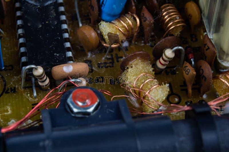 Oude geïntegreerde schakelingen in een analoge radioontvanger Weerstanden, stock afbeeldingen