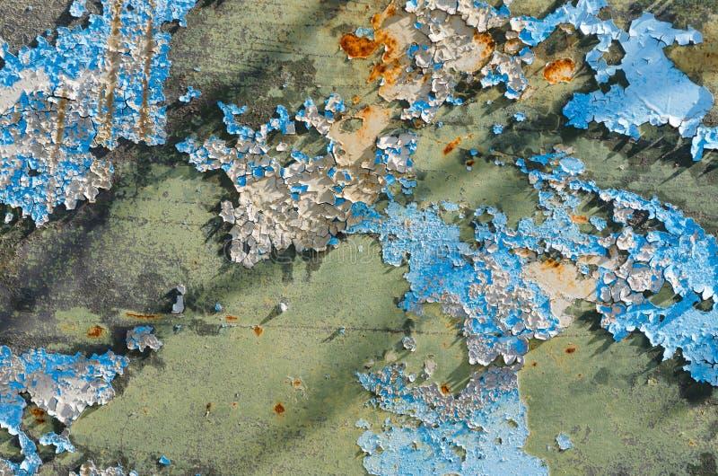 Oude gebarsten blauwe verf op een roestige metaalplaat royalty-vrije stock foto's