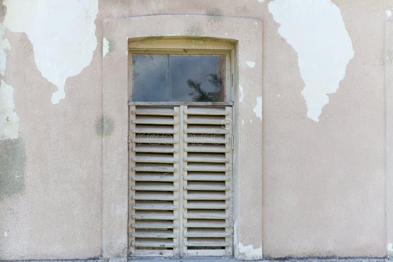 Oude gebarsten muur met venster royalty-vrije stock foto