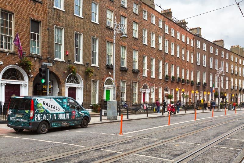 Oude gebouwen buiten op de straat van Dublin, Ierland stock foto