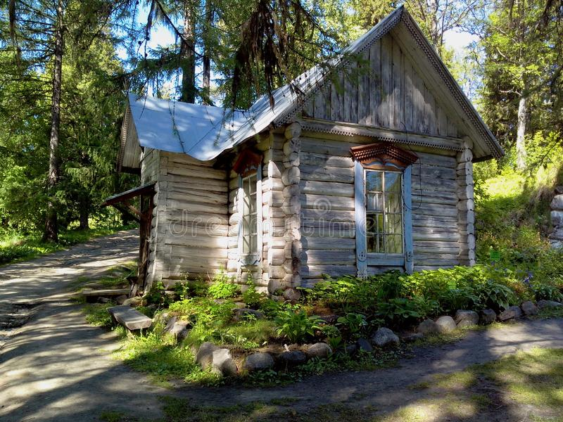 Oude gebouwen dichtbij de tempel op Solovki Solovetskyeilanden, Arkhangelsk-gebied, Witte overzees royalty-vrije stock fotografie