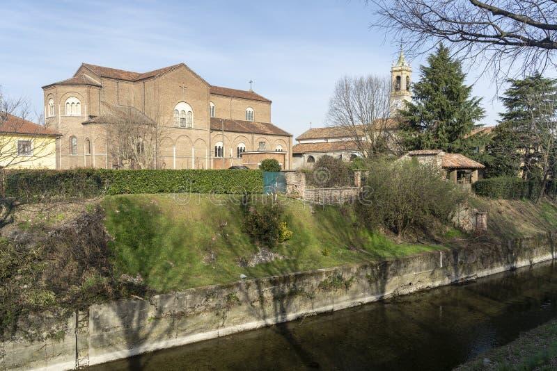 Oude gebouwen langs het kanaal Martesana in Groppello, Milaan stock foto's