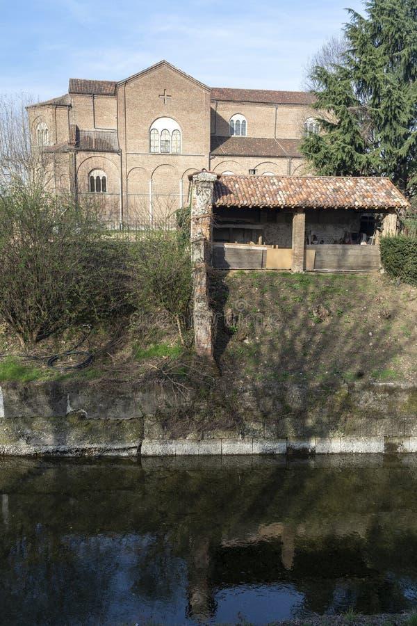 Oude gebouwen langs het kanaal Martesana in Groppello, Milaan royalty-vrije stock fotografie