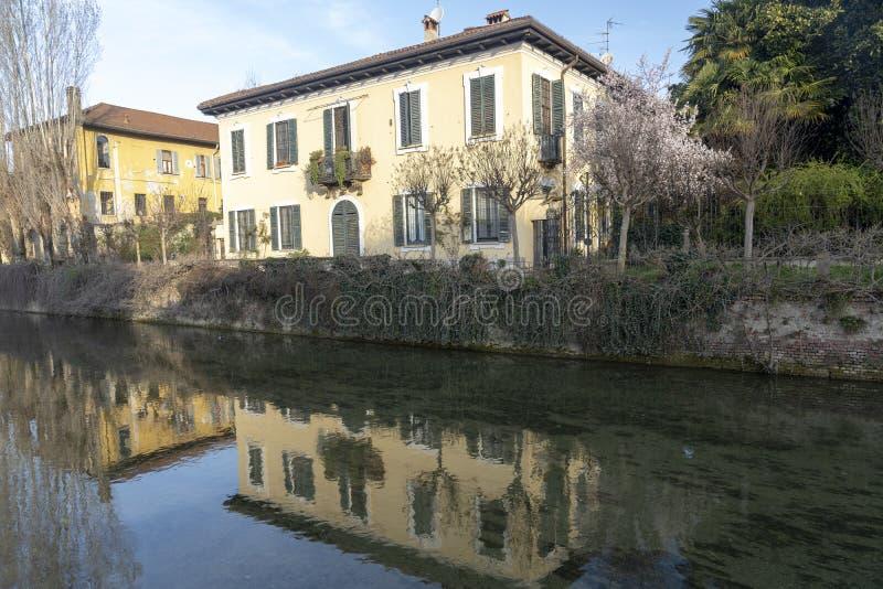 Oude gebouwen langs het kanaal Martesana, Milaan stock afbeelding