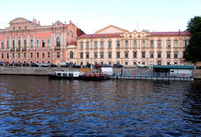 oude gebouwen op de waterkant, varend schip met toeristen stock fotografie