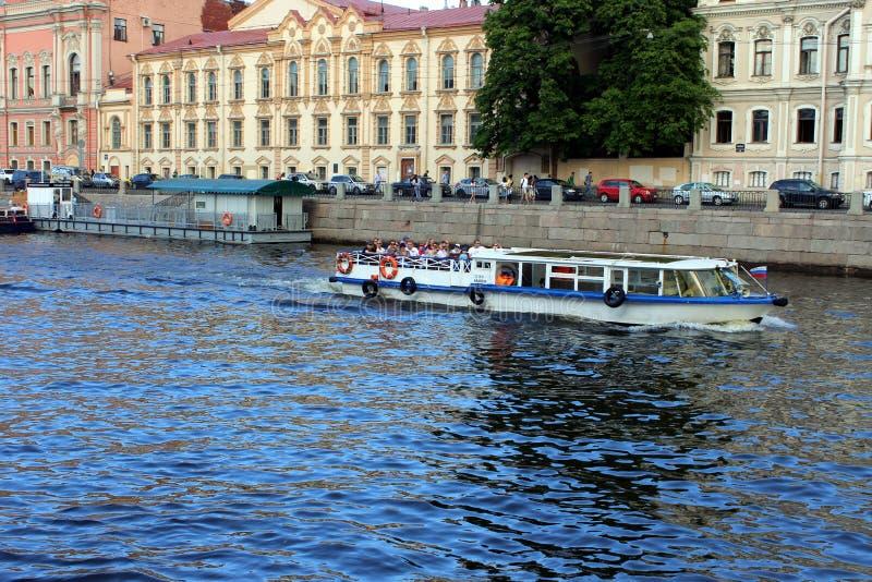 Oude gebouwen op de waterkant, varend schip met toeristen royalty-vrije stock foto's