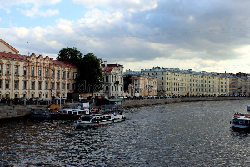 Oude gebouwen op de waterkant, varend schip met toeristen royalty-vrije stock foto