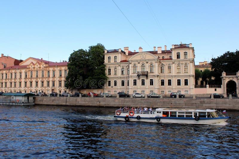 Oude gebouwen op de waterkant, varend schip met toeristen royalty-vrije stock fotografie