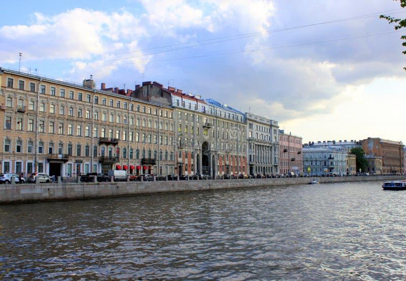 Oude gebouwen op de waterkant, varend schip met toeristen stock afbeeldingen