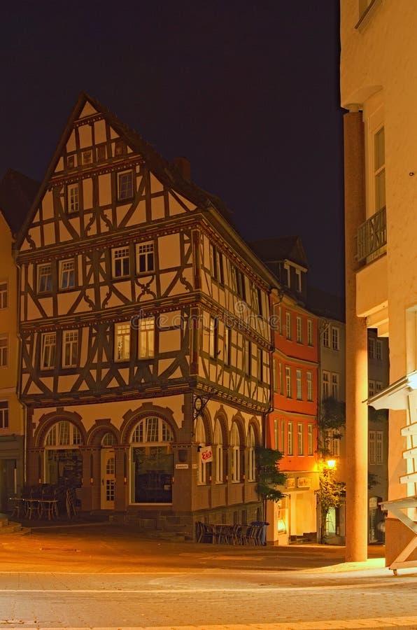 Oude gebouwen in oud deel van de Wetzlar-stad bij nacht r royalty-vrije stock foto's