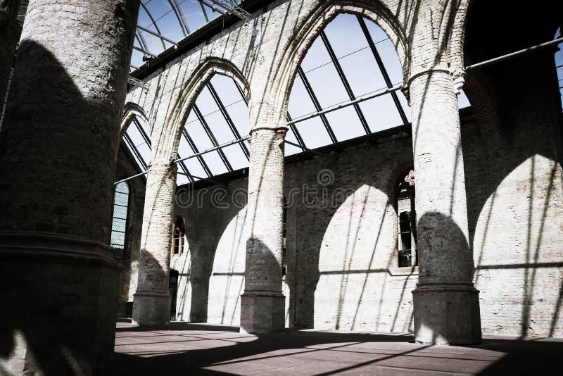 Oude gebrande kerk stock afbeeldingen