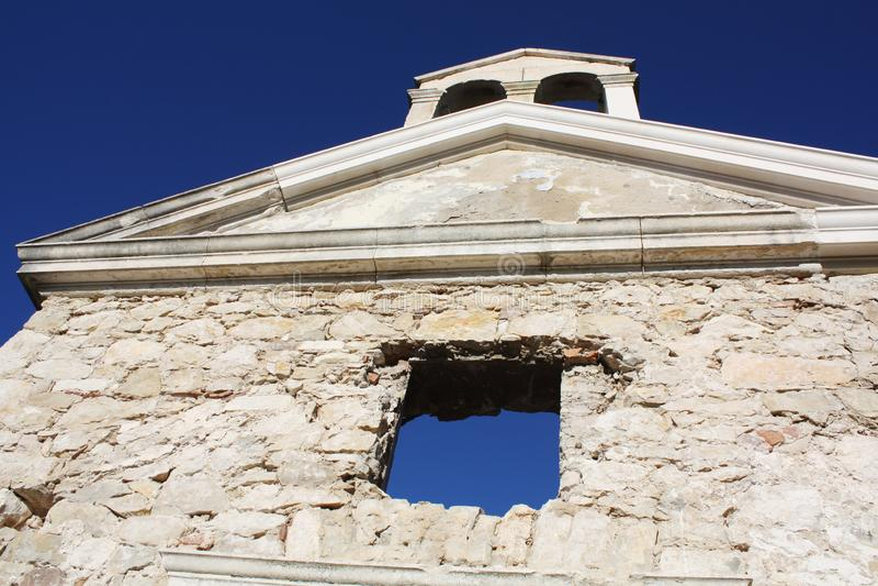 Oude gebroken kerk in Kroatië Zadar na oorlog stock fotografie