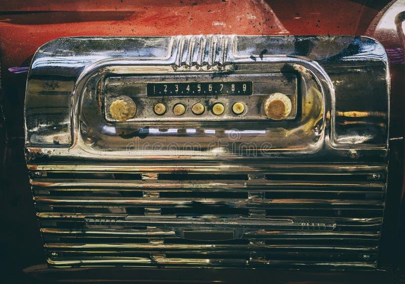 Oude gebroken radio in retro bus stock afbeeldingen