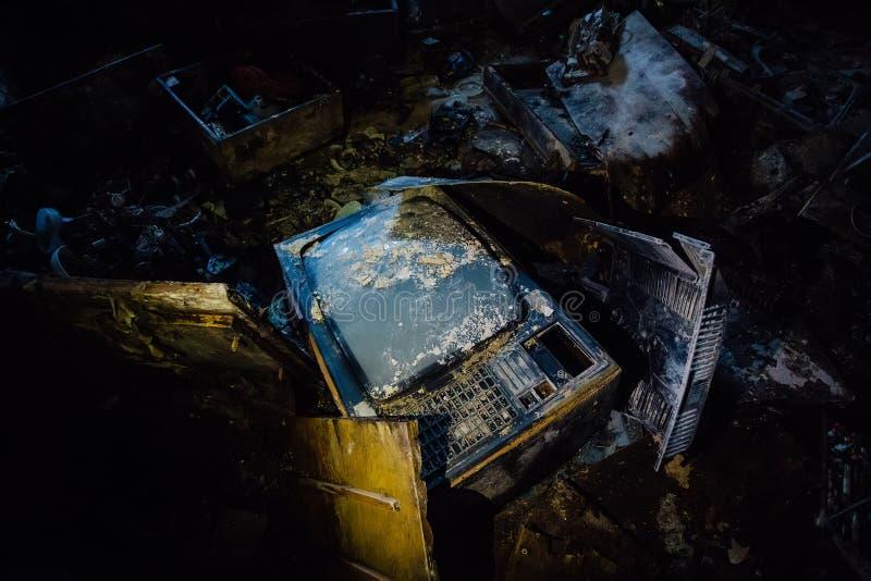 Oude gebroken rotte TV in donkere ruimte van de verlaten bouw stock foto