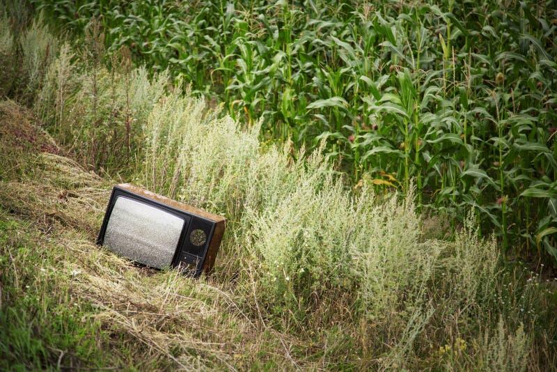 Oude gebroken TV op het gebied royalty-vrije stock foto's