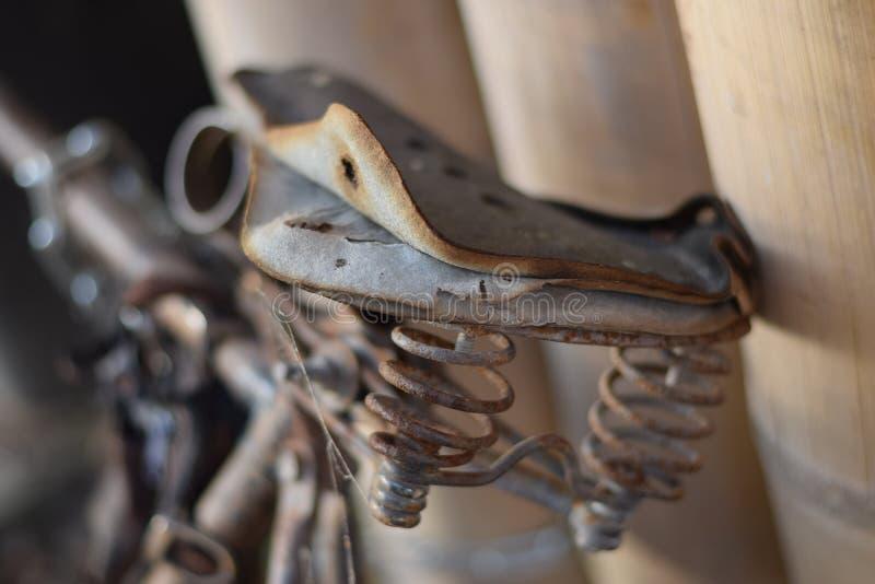Oude gebruikte fiets royalty-vrije stock fotografie