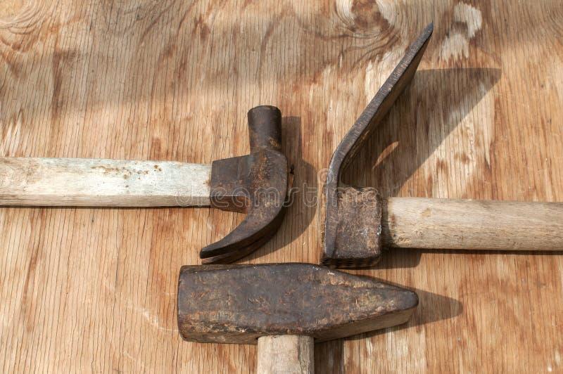 Oude gebruikte hamers en adze royalty-vrije stock foto's