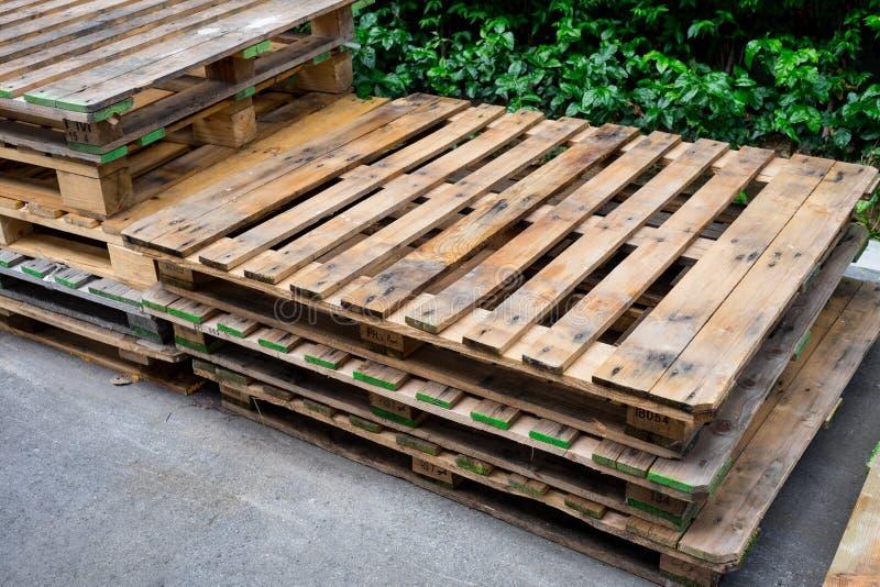 Oude gebruikte pallets die samen stapelen stock afbeelding