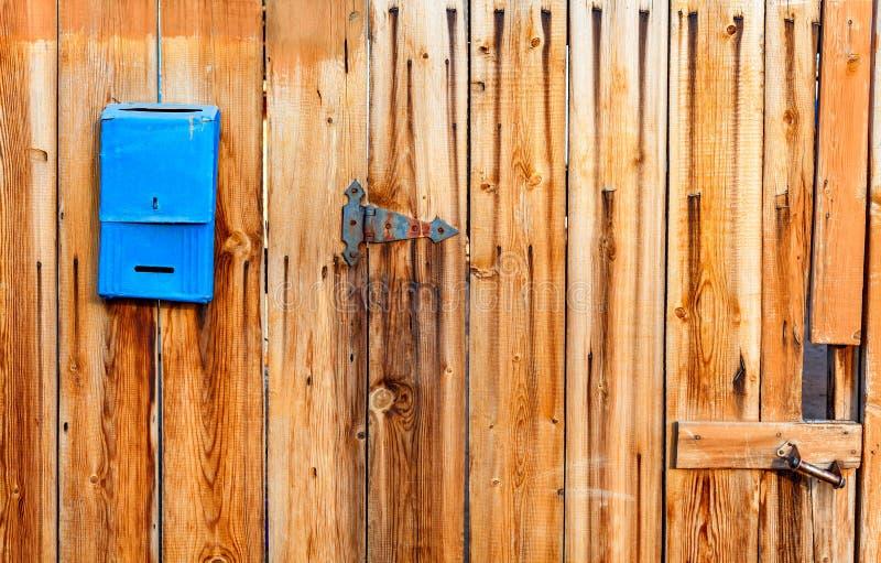 Oude gekleurde houten raad als achtergrond met exemplaar ruimtebrievenbus voor brieven royalty-vrije stock fotografie