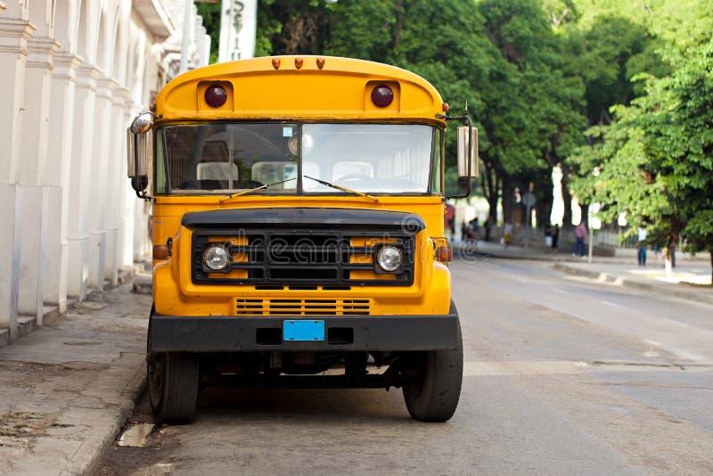 Oude gele Amerikaanse schoolbus in een straat van Havana in Cuba stock foto