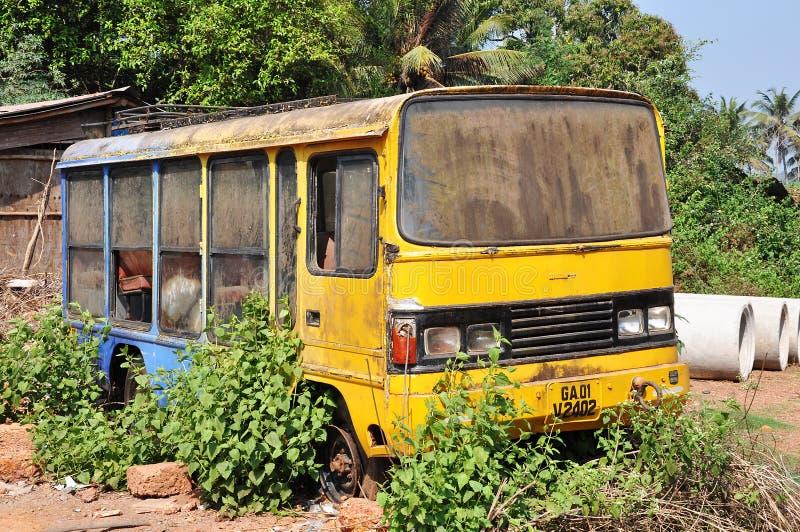 Oude gele bus royalty-vrije stock afbeeldingen