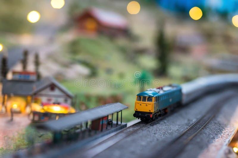 Oude gele diesel trein bij station stock foto
