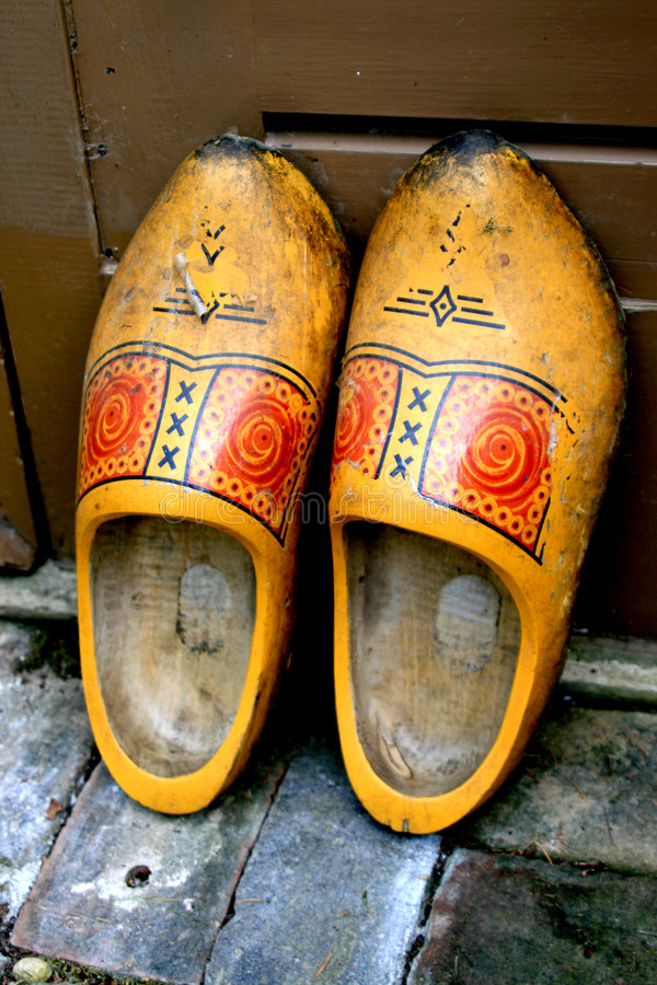 Oude gele houten schoenen stock foto