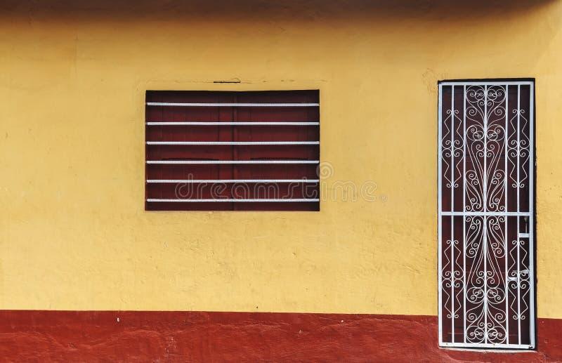 Oude gele huisvoorgevel, Nicaragua stock foto