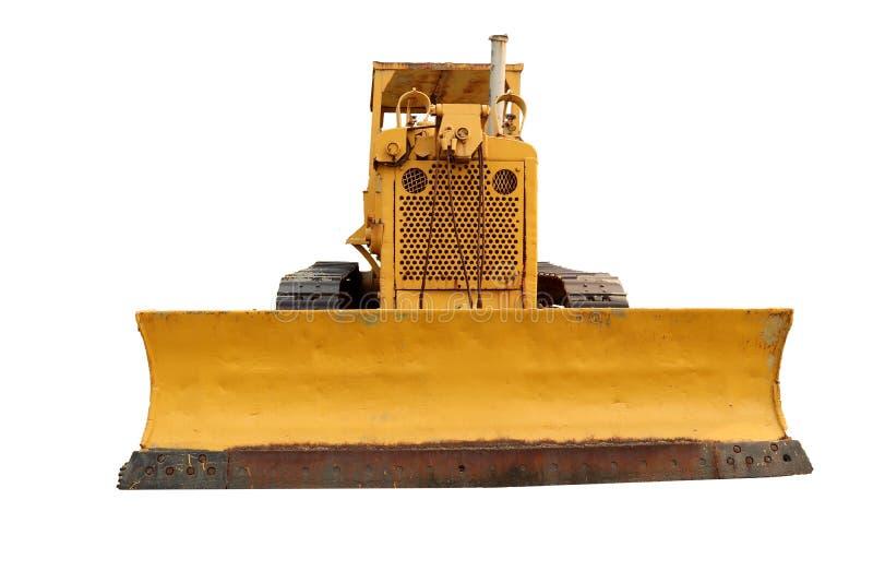 Oude gele roestige kruippakjetractor op het gebied Oude kruippakjetractor Ge?soleerdj op witte achtergrond stock foto's