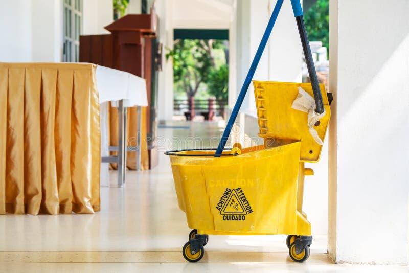 Oude Gele Vegerskar voor het Schoonmaken van Vloer stock foto