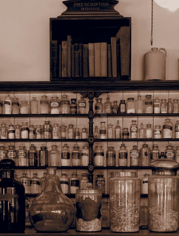 Oude, gemoedseerde scheikundige planken met jars sepia royalty-vrije stock foto's
