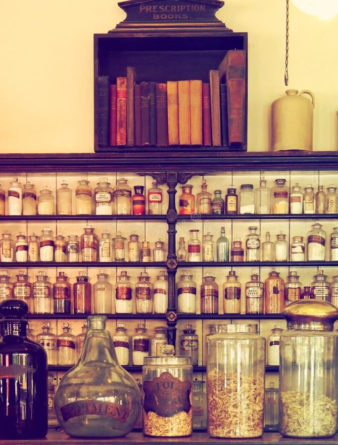 Oude, gemoedseerde scheikundige planken met jars sepia royalty-vrije stock afbeeldingen