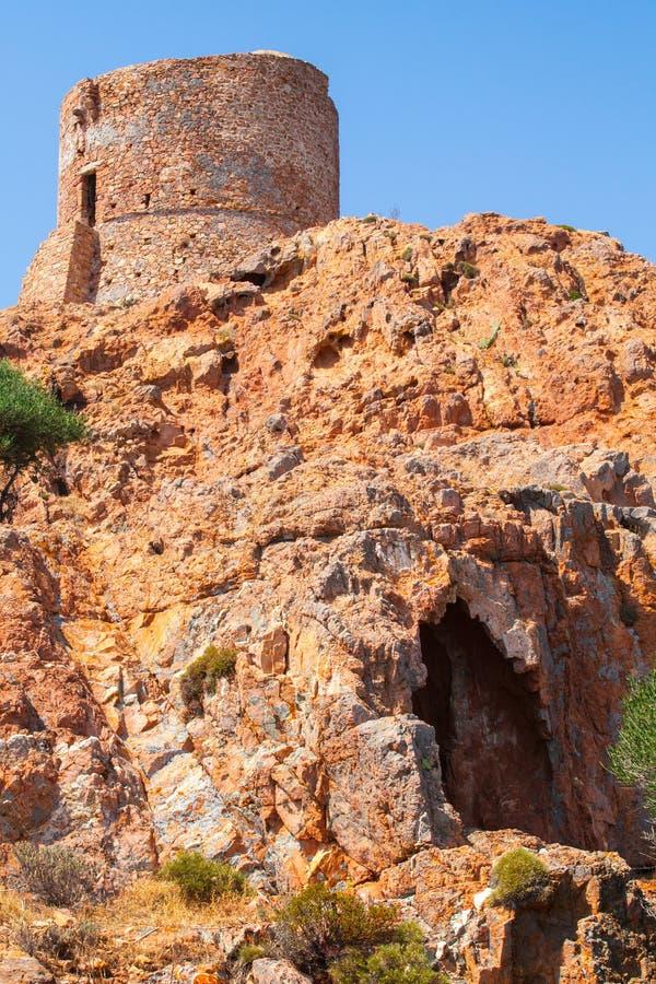 Oude Genoese-toren op Capo Rosso, Corsica stock fotografie