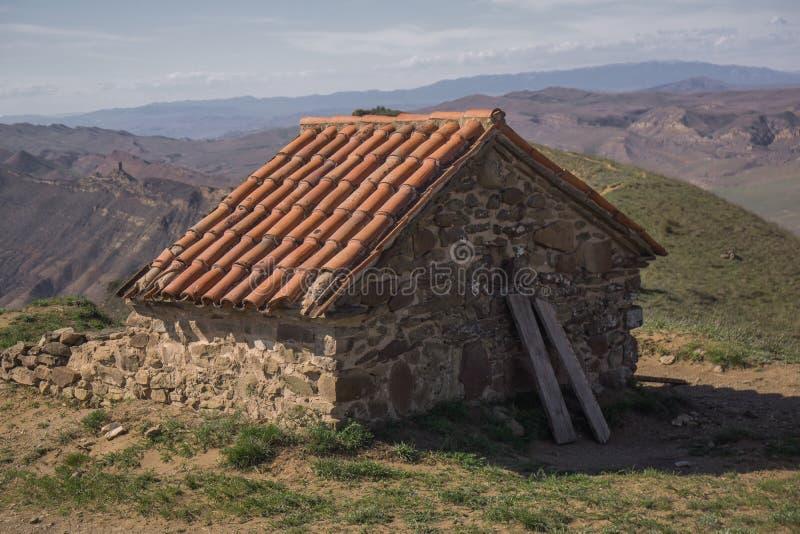 Oude Georgische kapel op heuveltop stock afbeelding