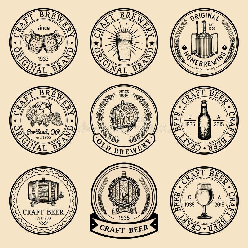 Oude geplaatste brouwerijemblemen Kraftpapier-schetsten de bier retro tekens met hand glas, vat, fles enz. Vectorlagerbier, aalet vector illustratie