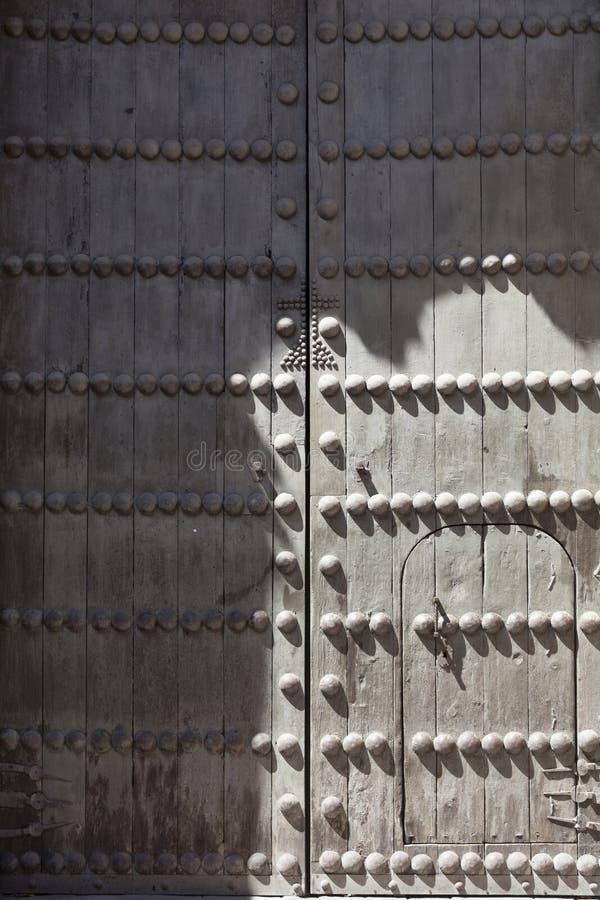 Oude gereduceerde middeleeuwse deur met ijzeraren royalty-vrije stock foto's